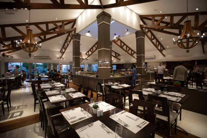 Imagem ampla do restaurante golf grill no WIsh Resort
