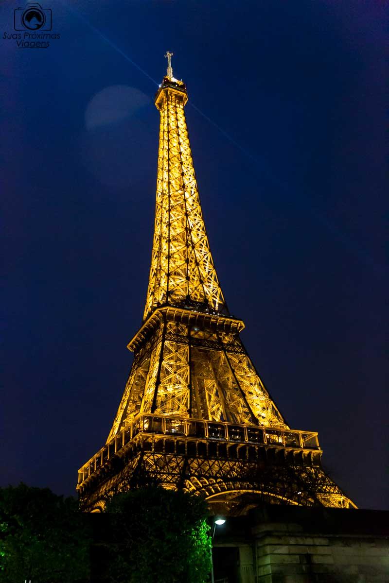 imagem da Torre Eiffel à noite o que fazer em Paris