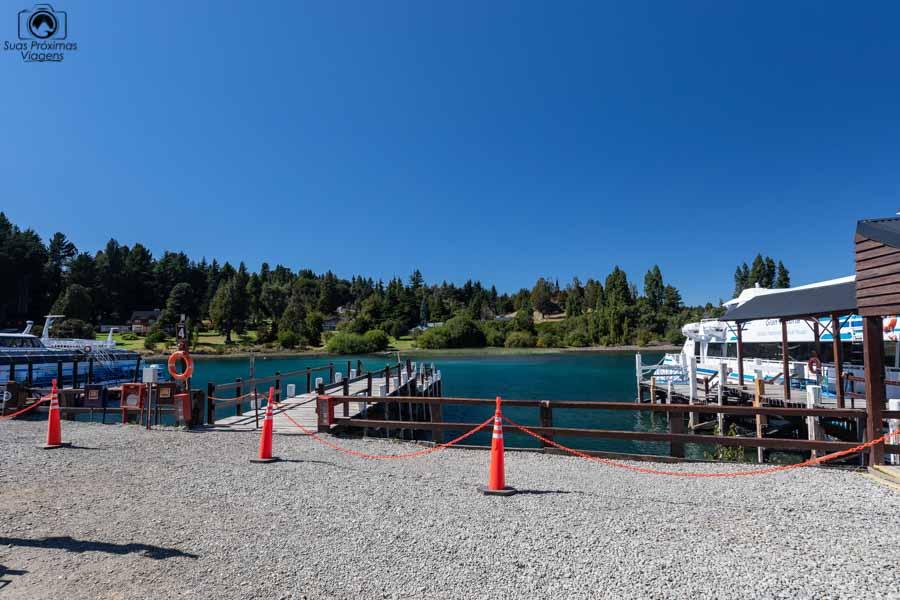 Imagem do barco da Turisur no Pier do Lago