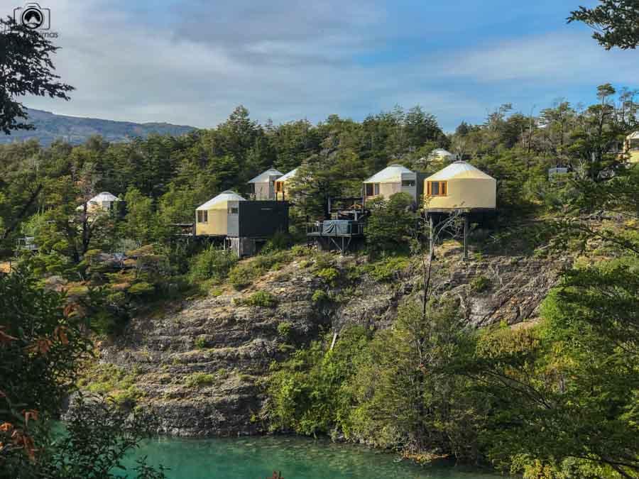Imagem dos Yurts na encosta do Lago del Toro