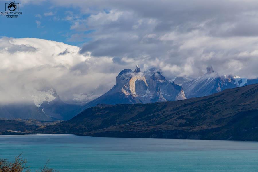 Imagem do lago del toro e o maciço do Torres del Paine ao fundo