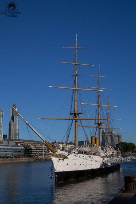 Imagem do museu flutuante no Puerto Madero