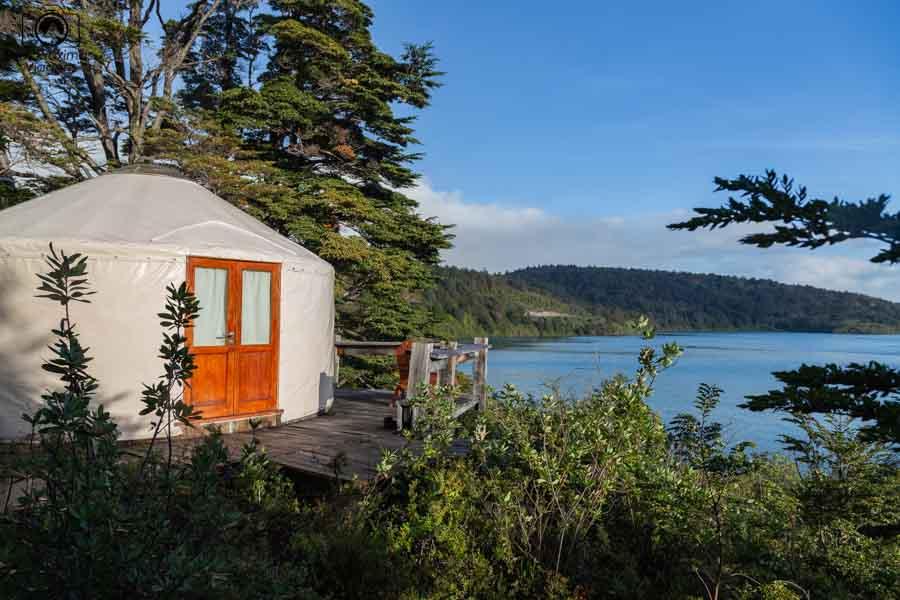 Glamping: Imagem do Yurt do Patagonia Camp com o lago Toro ao fundo