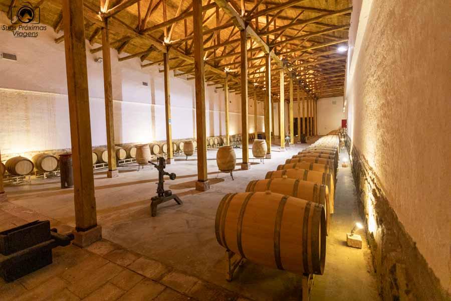 vista da arnazem moderno da viña Neyen no Chile