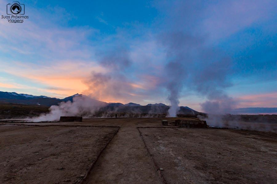 imagem ao amanhecer nos Geysers del Tatio no Deserto do Atacama