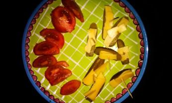 Gezonde snacks! Augurkjes met kaar en tomaat met peper en zout
