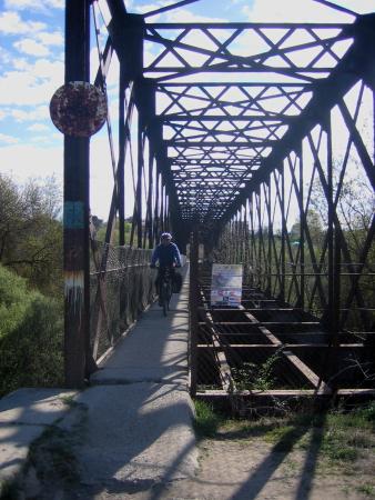 Jorge cruzando el puente de la vía verde de Móstoles