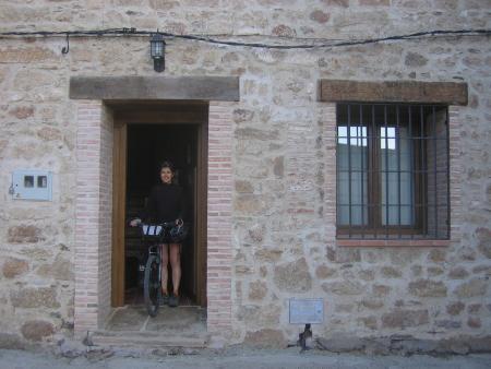 Sandra saliendo de la Casa Rural El Pedroso