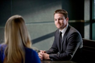 Stephen-Amell-as-Oliver-in-Arrow-570x379