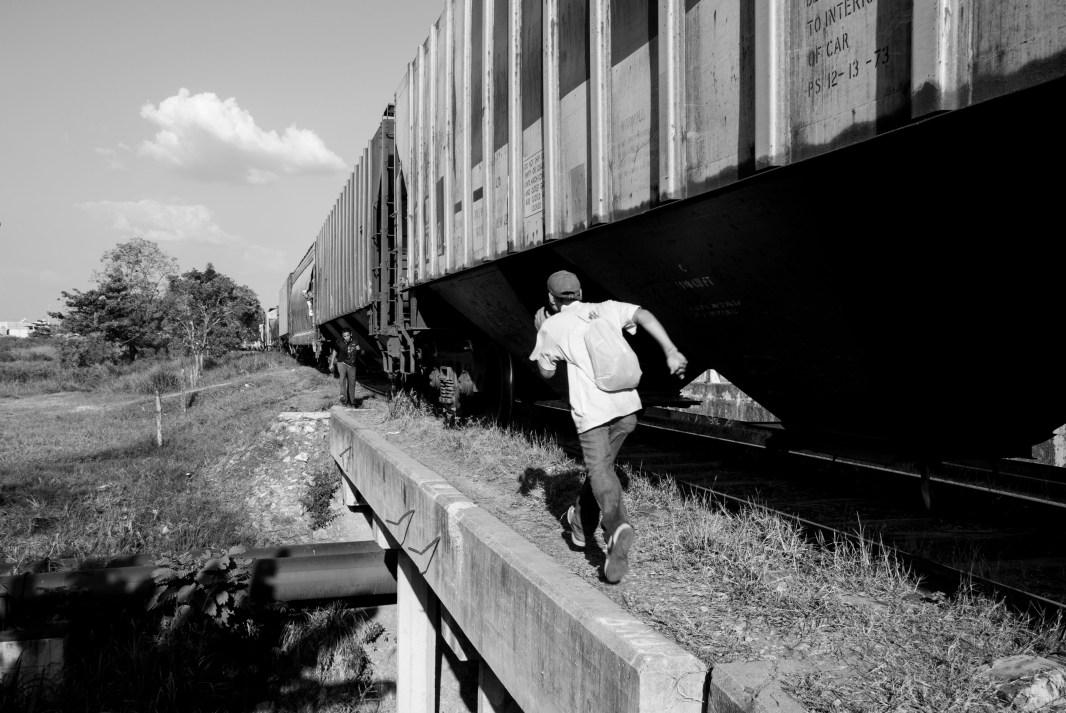 """Migrante intenta subir a la """"bestia""""/Tenosique, Tabasco. Foto: Karla H. Mares"""