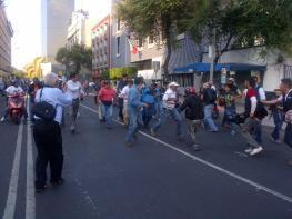 DETENIDO - Patrulla a5092 subió a un chavo en bucareli y balderas. Los que lo subieron venian de civil.