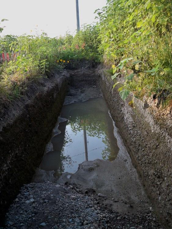 La seguridad está en los detalles. En esta zanja de dos metros de profundidad será instalado el gaseoducto. Las medidas de seguridad por su parte estipulan que la profundidad de la zanja debe ser mayor para que la totalidad del gaseoducto esté por debajo de los dos metros de profundidad.