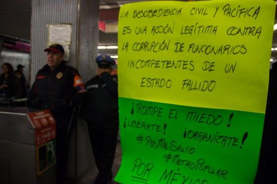 Mensajes para los usuarios que explican acciones de desobediencia civil en metro del DF
