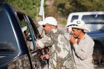 La gente de los pueblos se conoce entre sí, por lo que es común que platiquen con los comunitarios al pasar por los puntos de control. El listón blanco en las antenas de las camionetas ayuda a identificarlas como parte del movimiento.