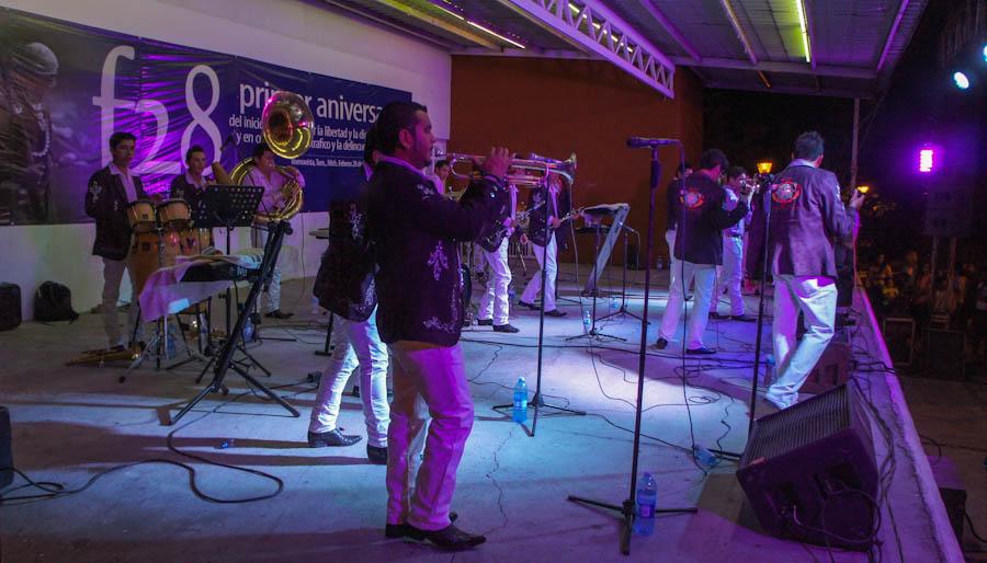 Música de banda en el festejo del primer aniversario del levantamiento armado en Buenavista Tomatlán. Fotografía: Cristián Leyva