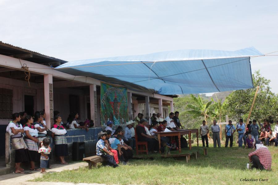 El pueblo de Bachajón pide justicia para sus dos compañeros asesinados en 2013, así como el cese de las agresiones y amenazas que han padecido desde el 2010, fecha en que fundaron las comunidades autonómas Nah Choj y Virgen de Dolores en el municipio de Chilón, Chiapas. Fotografía: Colectivo Cero