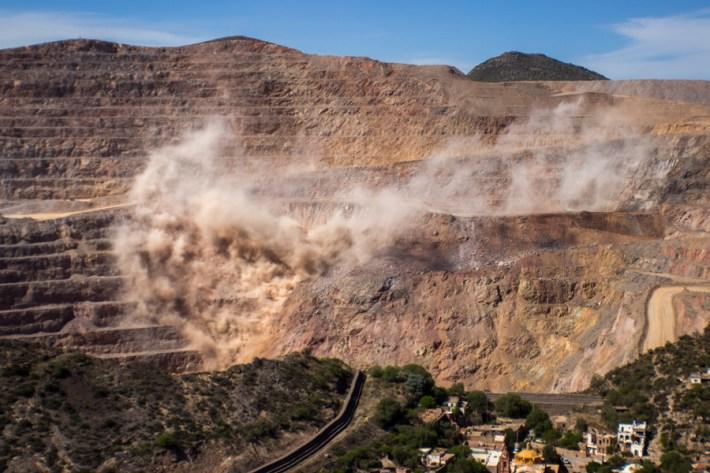 400 años de minería no alteraron la apariencia del pueblo. En cinco años se abre un abismo de 400 metros de profundidad por 800 de ancho