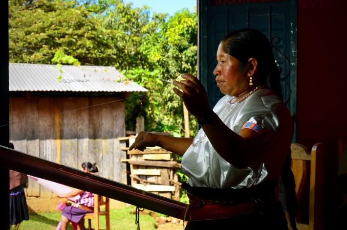 Mujer tzotzil preparando la urdimbre de su telar de cintura, para la confección de bufandas de hasta catorce colores. En los alrededores de Pantelhó, unos de los últimos pueblos de las montañas del sureste de México.