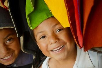 Los niños de los altos de Chiapas nacen y juegan hasta el cansancio entre las coloridas prendas realizadas por las mujeres, en Mayo de este Año por San Andrés Larraizar.