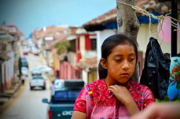 Niña de Aldama observa a su madre, aprendiendo a dar sus primeros pasos como aprendiz de araña, recibiendo el bagaje de prácticas culturales, de generación en generación. En San Cristobal de las Casas En el mes de Abril del 2014.