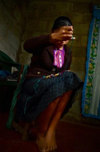 Niña de Pantelhó, realizando sus primeros trabajos. Las jóvenes comienzan desde muy pequeñas a trabajar a la par de sus madres, tías, abuelas. Recibiendo oralmente, la tradición, los conocimientos, y a la vez que replican innovan en sus diseños. Pantelhó 2013.