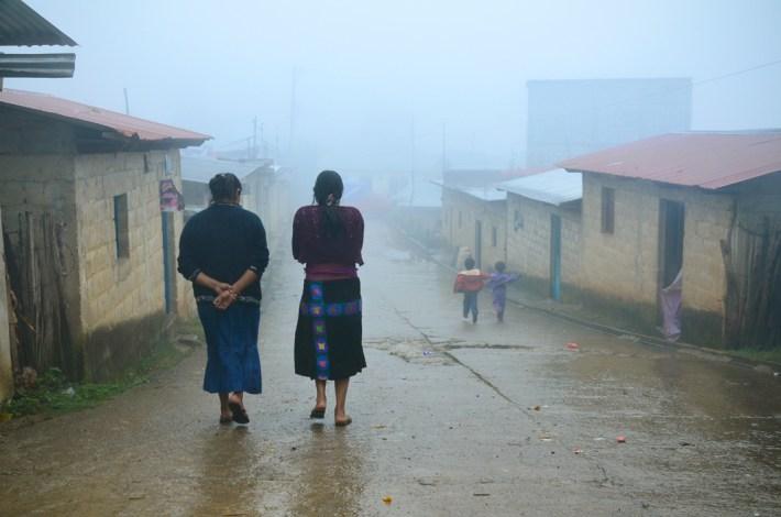 Florinda y su tía buscando un lugar para trabajar comodamente. En los altos de Chiapas las precipitaciones son muy abundantes y pueden durar semanas, lo que dificulta el lavado y secado de las prendas así como el secado del café.