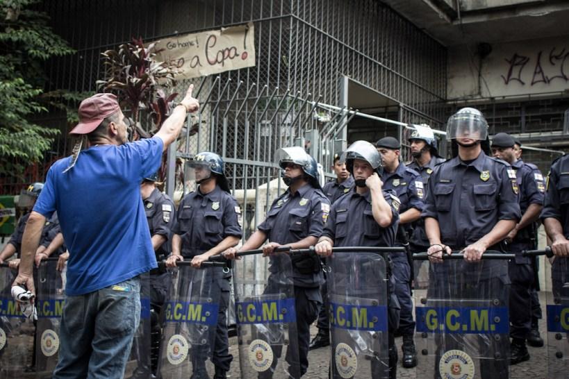 Uno de las personas desalojadas habla frente a la policía cuestionando sus acciones. Fotografía: Heriberto Paredes
