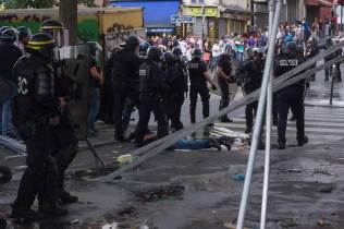 Riots arrestando y golpeando a manifestante.