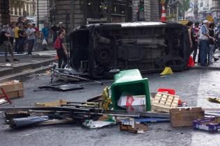 Vista de la avenida después del enfrentamiento frente al metro Barbes.