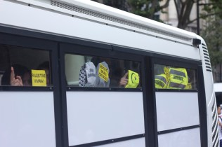 Manifestantes arrestados dentro del camión de la policía.
