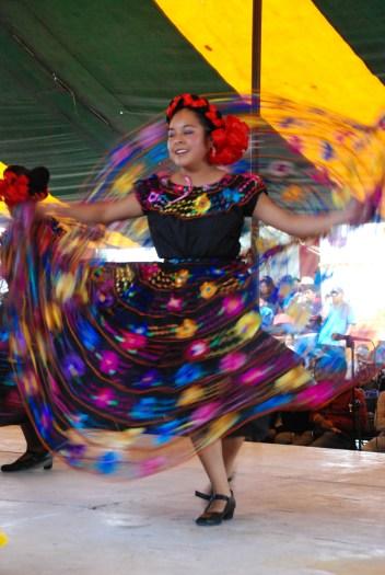 Mujer mixteca festeja con las danzas tradicionales de la región. Fotografía: Santiago Navarro F.