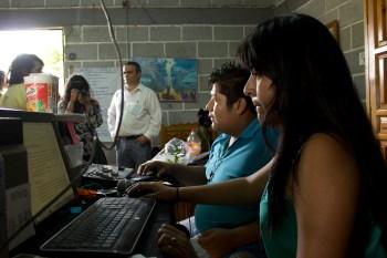 Cabina de Radio Comunitaria Amiltzinko, que en náhuatl significa «en pequeños sembradios de riego».