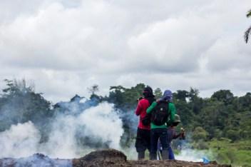 Choque del la fuerza antidisturbios colombiana dispara proyectiles dirigidos a los campesinos que bloquean el paso de las tractomulas por la única vía que conduce al corredor Puerto Vega-Teteye en el Putumayo el 15 de septiembre del 2014.