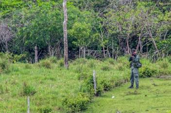 Policia Nacional ubica y dispara proyectiles lacrimógenos hacia la cabeza de los campesinos que resisten ante la contaminación y asedio a sus territorios en la selva del putumayo.