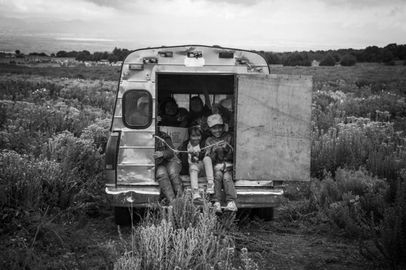 Al final de un día de reforestación y de sustitución de pinos, las familias regresan a casa con la conciencia de que hay que cuidar el volcán. Fotografía: Heriberto Paredes Coronel