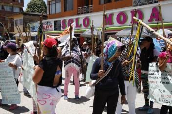En dos chivas del Corredor Puerto Vega-Teteye se llego en una marcha de trescientas mujeres hasta la alcaldía de Puerto Asis para pedir se respete el derecho internacional humanitario que se viola todos los días a los ciudadanos del Putumayo en Colombia.