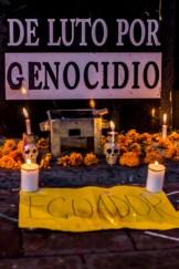 GENOCIDIO. La palabra al pie de la ofrenda que fue colocada justo a la entrada de la sede diplomática denunciaba la actitud criminal del gobierno mexicano. Horas después personal de la embajada retiro las pancartas y velas.