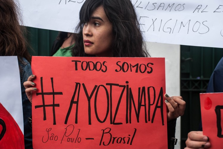 En muchas partes del mundo hubo acciones en solidaridad con Ayotzinapa y exigiendo la presentación con vida de los 43 estudiantes desaprecidos. Aquí una imagen de São Paulo, Brasil. Fotografía: Santiago Navarro F.