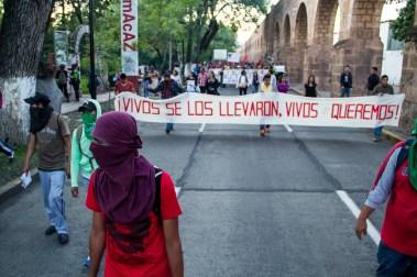 Marcha por desaparecidos de Ayotzinapa en Morelia - Alejandro Amado (6)