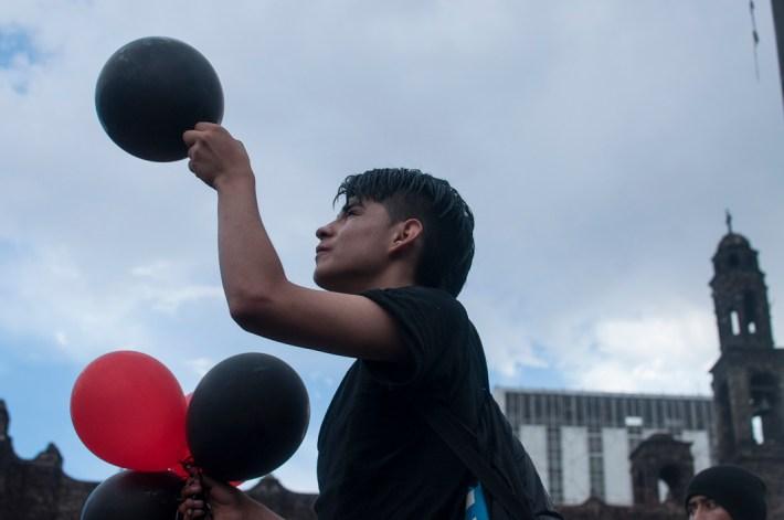 Al llegar a la plaza se soltaron globos con helio.