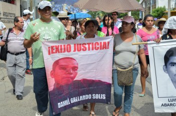 Los padres de Daniel Gallardo Solis recibieron la caravana en Zihuatenejo