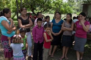 Mujeres y niños defienden los pantanos salados en donde se reproduce el punche y que es albergue de múltiples aves migratorias que se avistan en la zona.