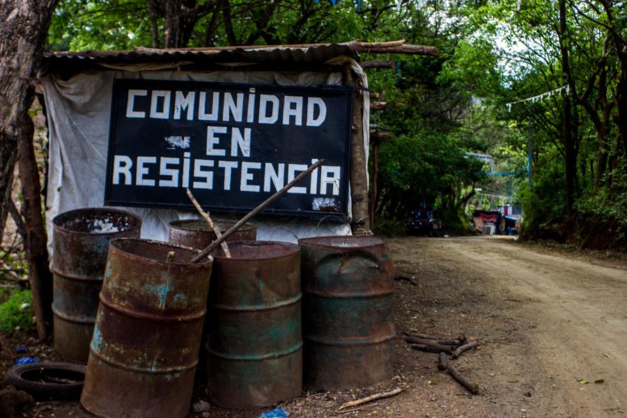 El campamento resiste con la colaboración de habitantes de Chotes, Guapinol, Choleña, Carrizal, La Labor, San Pedro, San José que han respondido al llamado en la defensa de su tierra.