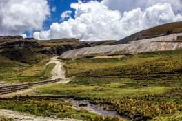 El proyecto Conga intenta extraer oro, cobre y plata sin importar la contaminación de más de 2 millones 600 mil metros cúbicos de agua.