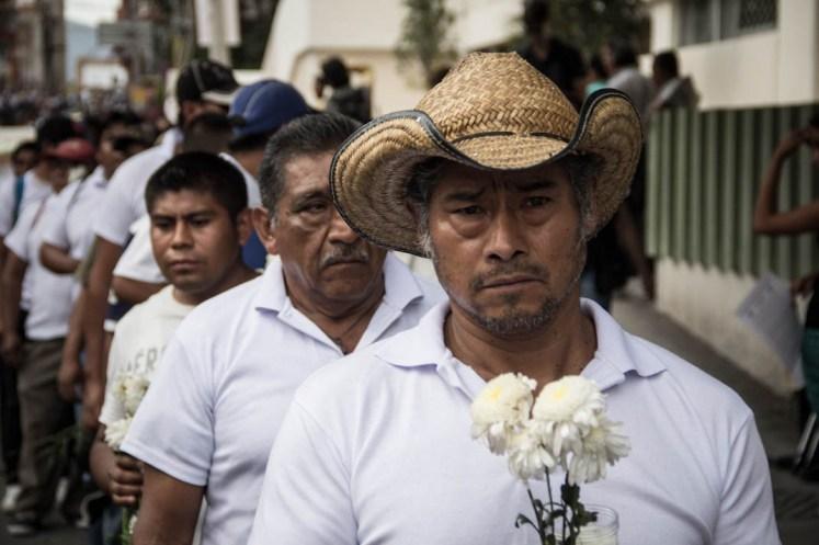 Algunos de los familiares de los 43 normalistas desaparecidos. En segundo plano vemos a don Ezequiel, padre de Alexander Mora Venancio. Fotografía: Heriberto Paredes