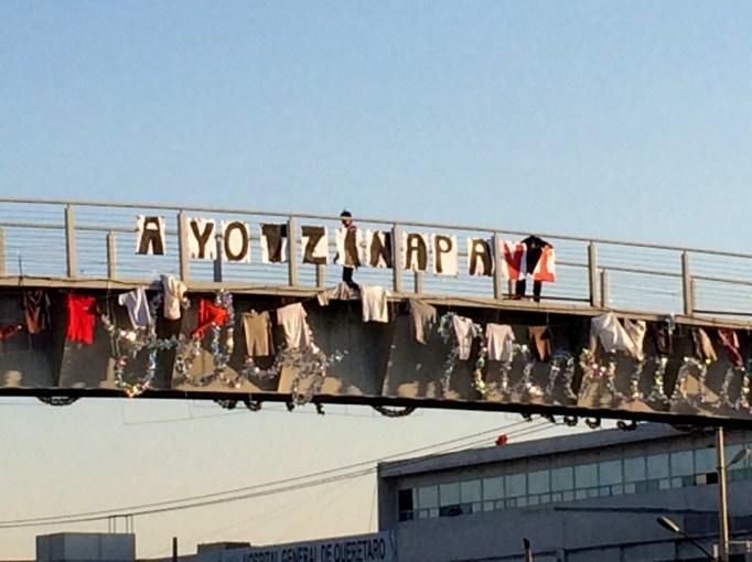 Policía Estatal retira carteles. Fotografía: Itzayana Licea