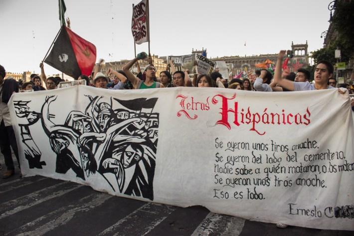 «A la universidad que debe ser del pueblo, le faltan 43, y miles más». Fotografía: Elis Monroy