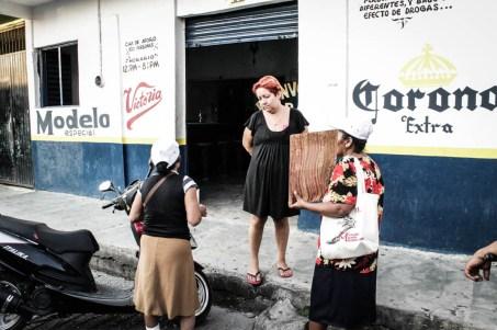 Busca de desaparecidas en las cantinas de Huixtla, Chiapas de Huixtla, Chiapas. Fotografía: Valentina Valle