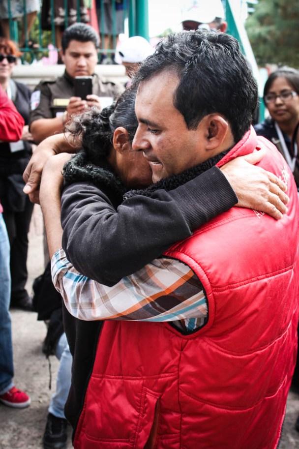 El abrazo entre doña Delmi y su hujo Yanel en San Sebastián Tenochitlán, Hidalgo. Fotografía: Valentina Valentina