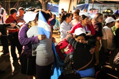 En el zócalo de Oaxaca las madres reciben el abrazo solidario de la población. Fotografía: Valentina Valle
